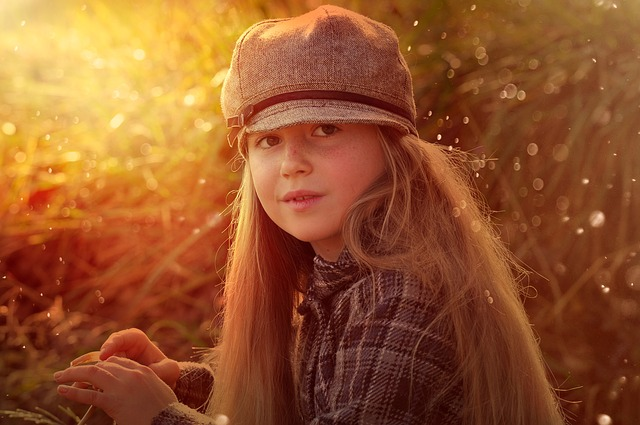 holka s čepicí