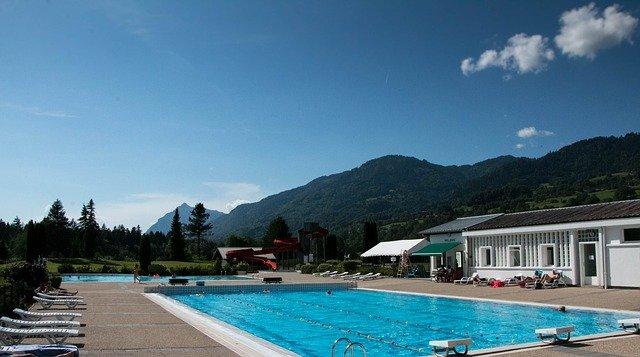 bazén v Alpách