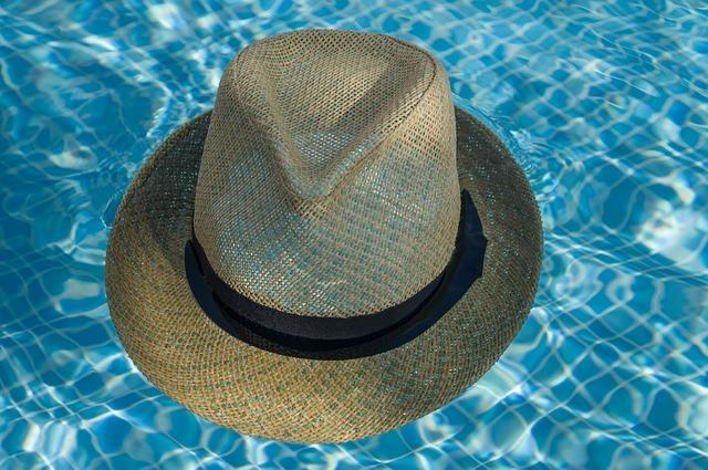 slaměný klobouk v bazénu.jpg