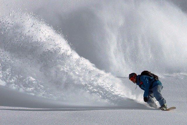 snowboardista před lavinou